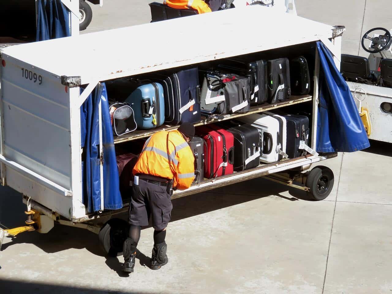מזוודות בדרך למטוס