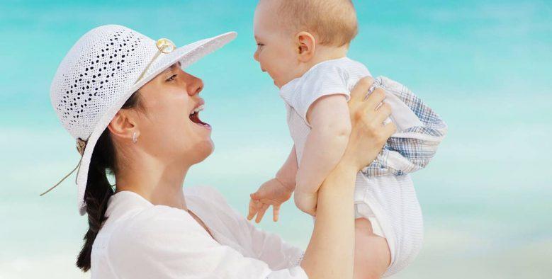 אם ותינוק בחוף ים