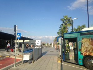 תחנת האוטובוס שמחוץ לשדה התעופה בפאפוס