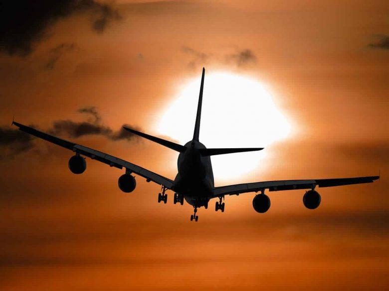 מטוס ממריא בשקיעה