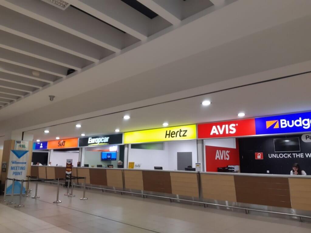 עמדות השכרת הרכב בשדה התעופה בפאפוס